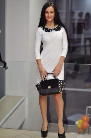 Черное платье с белыми бусинами