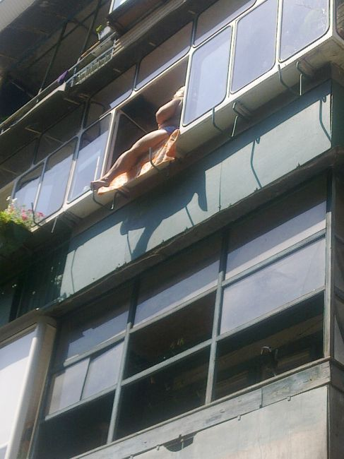 хотели съездить девушка загорает на балконе щелкнул