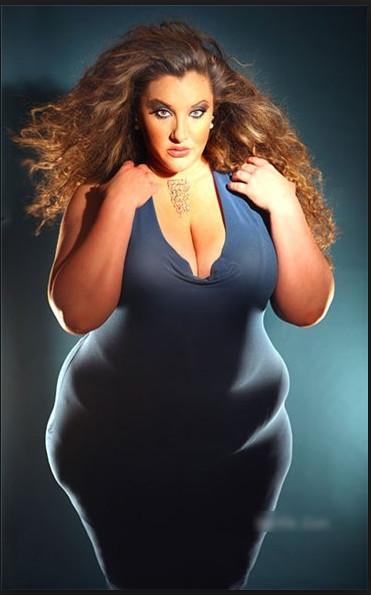 Девушки хвастаются толстыми животами
