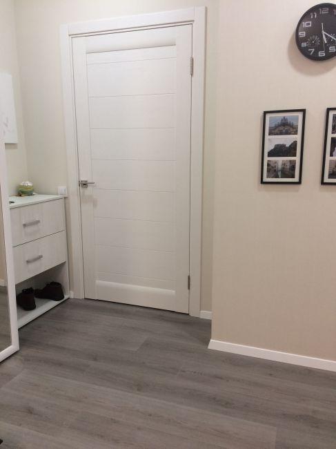 Серый ламинат и двери в интерьере